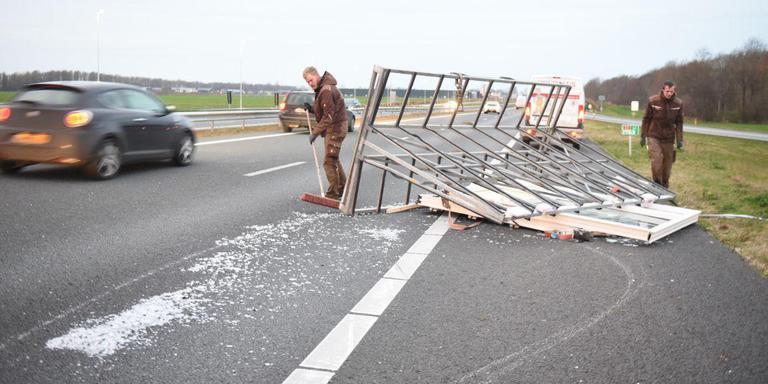 De scherven worden opgeruimd. Foto: 112 Groningen