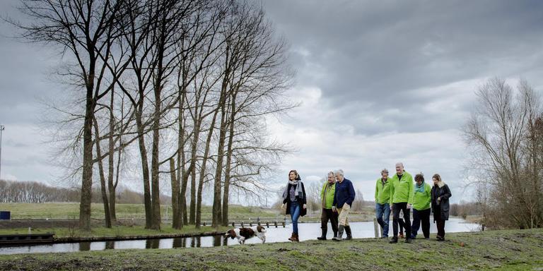 Vrijwilligers van Paddepoel Energiek en inwoners van Dorkwerd vlakbij het gemaal waar de windmolens komen te staan. Foto Kai Hup / Grunneger Power