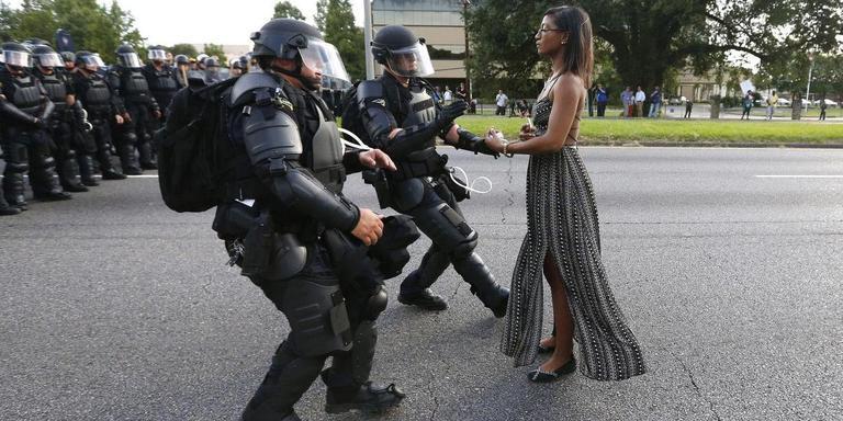 De foto van Jonathan Bachman die de eerste prijs won in de categorie 'actuele thema's': de Amerikaanse Iesha Evans wijkt niet voor de politie tijdens een protest tegen politiegeweld even buiten het district Baton Rouge in Louisiana. Foto World Press Photo