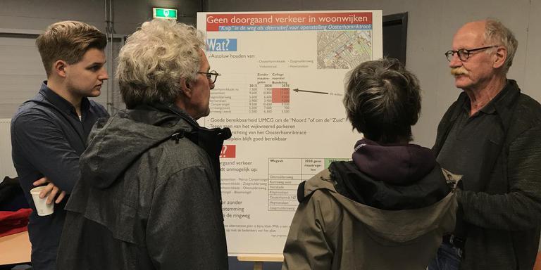 SP-raadslid Wim Koks (rechts) bij het bord van de tegenstanders: Geen doorgaand verkeer in woonwijken. Foto DvhN