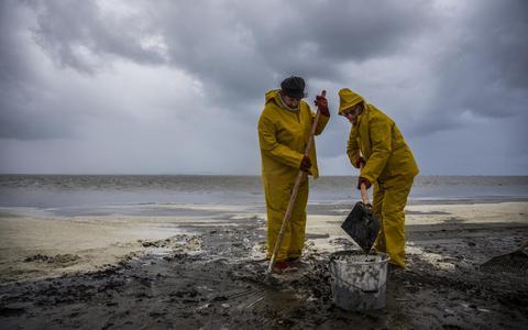 Met stro oefenen voor oliebestrijding op Noordzee