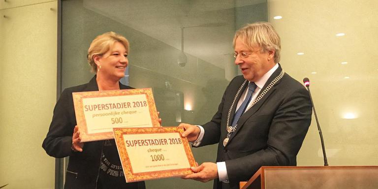 Margriet Kukler won twee cheques, een bos bloemen en drie zoenen van burgemeester Peter den Oudsten.