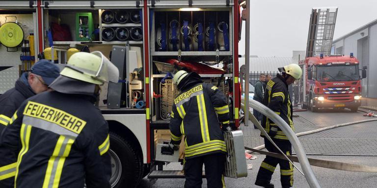 Nederlandse en Duitse brandweerlieden uit de grensplaatsen oefenen in het samen blussen. FOTO BOUDEWIJN BENTING