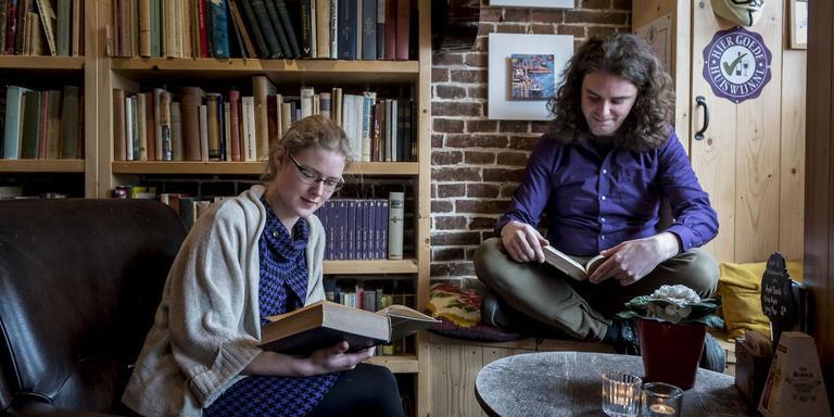 Jantien Kuiper en Willem Bos in hun literaire tweede thuis. Foto Geert Job Sevink