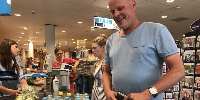 Deze man slaat water in voor zijn collega's op het politiebureau aan de Groningse Rademarkt. Foto: DvhN