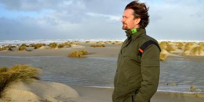 Boswachter Remi Hougee op het strand van Terschelling: Foito: Jan Heuff