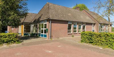 Het voormalige schoolgebouw dat in Onnen te koop staat