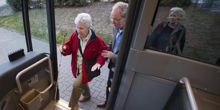 Mensen stappen de bus in. Veel reizigers betreuren dat Qbuzz contante betalingen in de bus afschaft. Foto: Archief DvhN