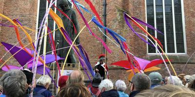 De 400 wandelaars die vorig jaar het Pronkjewailpad compleet liepen werden feestelijk ingehaald bij de Martinikerk in Groningen. eigen foto
