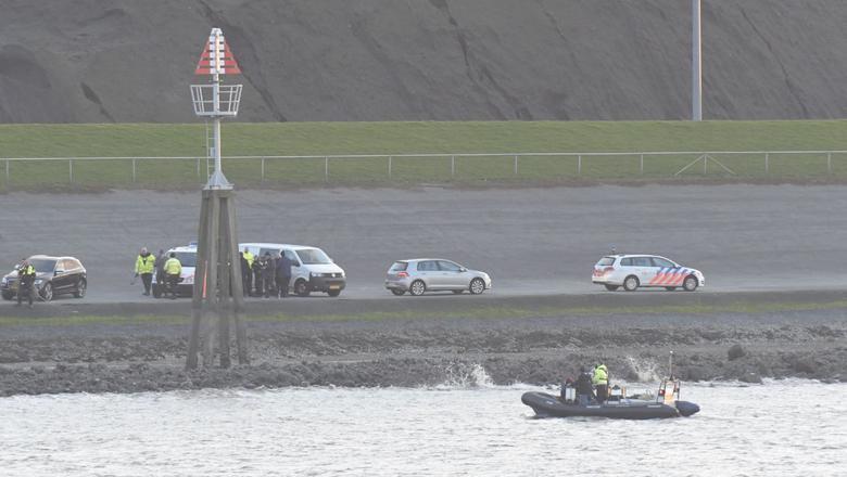 Politie en duikers bij de Eemshaven, waar zondagmiddag een auto in het water is aangetroffen. Foto: ProNews