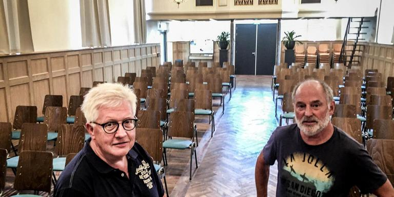 Kerkenraadsvoorzitter Gauke Poelman (links) en kerkrentmeester Jenne Hummel die de scepter zwaaide bij de bouwactiviteiten in de vernieuwde kerkzaal. Foto DvhN