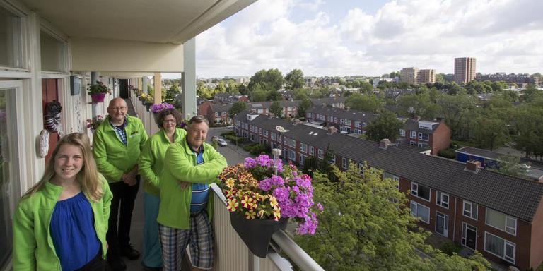 Simone Sponselee, Adrie Kuik, Els Struiving en Piet Hazekamp (v.l.n.r.), bestuursleden van Paddepoel Energiek, stellen alles in het werk hun wijk energieneutraal te maken. Simon Boven ontbreekt op de foto.