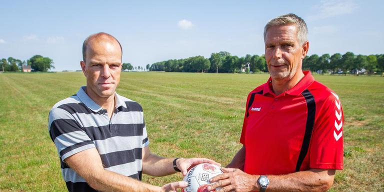 Herwin Broesder (VVS) en Tjark Ottema (MOVV) op de plek waar volgens hun een nieuw sportcomplex voor MOVV (Midwolda) en VVS (Oostwold) kan komen. Foto Huisman Media