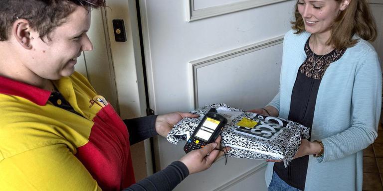 Tinet Hiemstra aan het werk in het magazijn van DHL en onderweg met haar pakketjes naar de klanten.