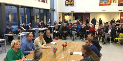 De allereerste onderhandelingen met links Kristel Rutgers (groen) en Eltjo Dijkhuis (blauw). Foto DvhN