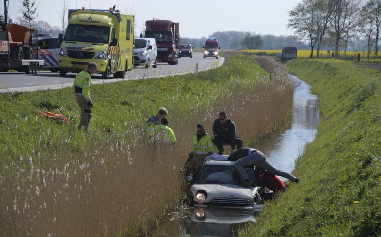 Stedumerweg bij Loppersum afgesloten na frontale aanrijding, een auto eindigt in sloot.