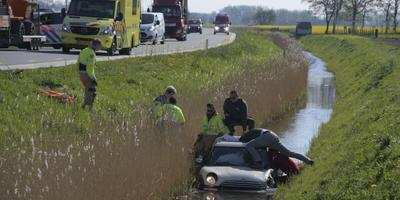 Een auto raakte te water bij Loppersum. Er is veel hulpverlening op de been. Foto: ProNews