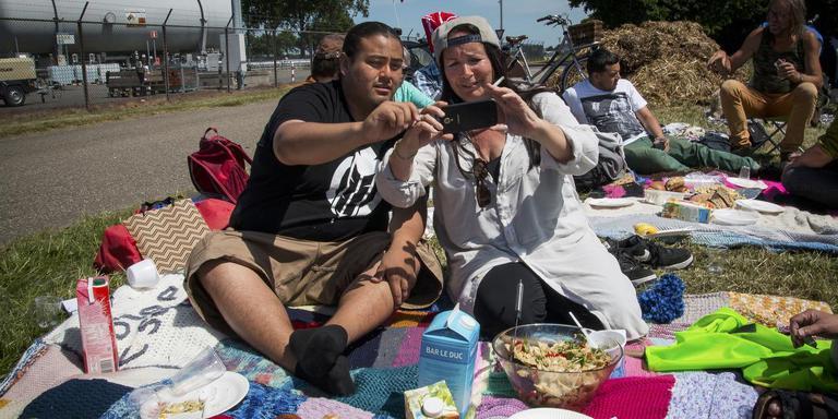 Nataanii Means en Inez Witjes maken snel een selfie voordat de picknick wordt opgeruimd. Foto Matthijs Sorgdrager