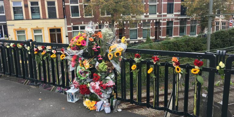 Bij het Herewegviaduct in Groningen werden bloemen gelegd voor de overleden student. Foto: Archief DvhN