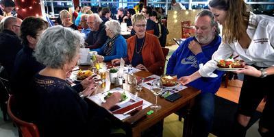 Volle tafels tijdens een avondje proefdraaien in de Happietaria. Foto: Peter Wassing