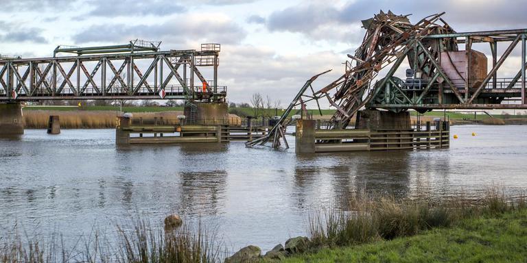 De Friesenbrücke bij Weener nadat die door een een vrachtschip geramd was. Foto archief Huisman Media