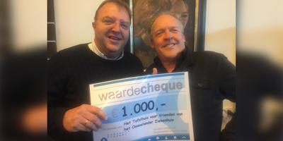 Bert Visscher (rechts) heeft plezier met wethouder Erich Wunker van de gemeente Oldamb, die met een gift van duizend euro op de proppen kwam. Foto: DvhN