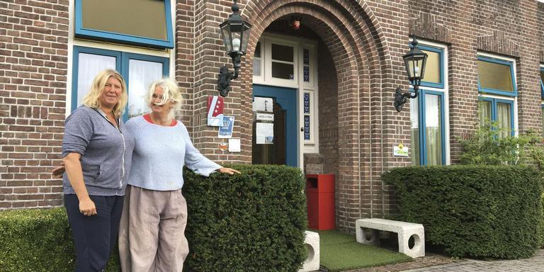 Inge Schultze en Marlies Pastoor willen van Het Klooster een sfeervolle herberg maken. Foto DvhN