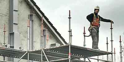 Een bouwvakker aan de slag in Opwierde Zuid, Appingedam bij versterking van huizen. Foto: DvhN