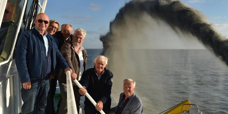 Gedeputeerde Henk Staghouwer en andere betrokken namen dinsdagavond een kijkje bij de baggerwerkzaamheden in het Westgat. Foto: Provincie Groningen