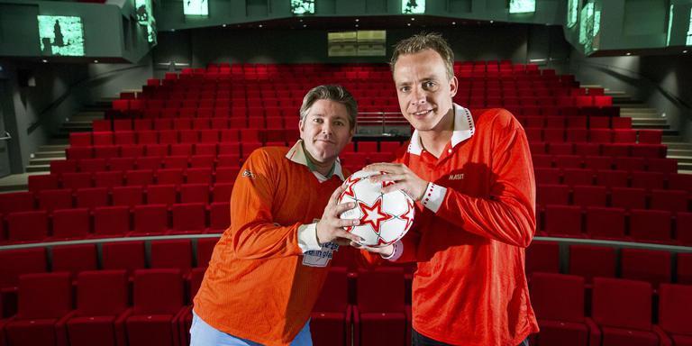 David Stolk (links) en Jeroen Hemmes organiseren in cultuurhuis De Klinker De bal is rond . Foto Huisman Media
