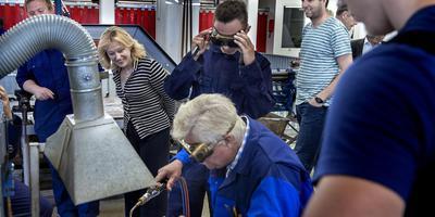 Foto: Peter Wassing. Delzijl. Minister Jet Bussemaker krijgt uitleg in de praktijkafdeling tijdens haar bezoek aan het Noorderpoort Maritiem. Opdracht 66 km. verhaal: Gea Meulema