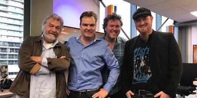 Jubilaris Eric Bats (tweede van links) en Troebadoers Alex Vissering, Jan Henk de Groot en Erwin Jongedijk (v.l.n.r.) foto rtv noord