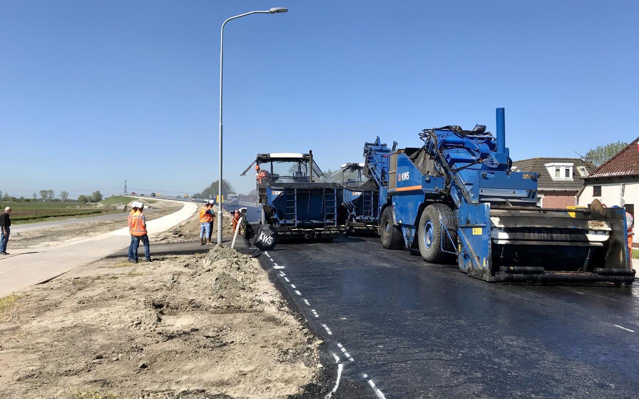 Wegenbouwers leggen de laatste hand aan een wegdek. Foto: Archief DVHN