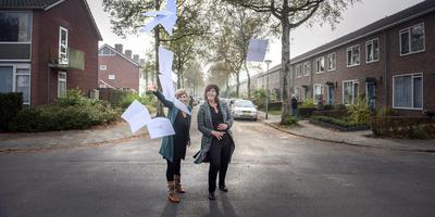 Artistiek leider Karin Noeken (rechts) en marketingmedewerker Mirjam van der Heide in de Groningse wijk Selwerd, waar wijktheaterproject De Wijk De Wereld vorig jaar het levenslicht zag. Foto Reyer Boxem
