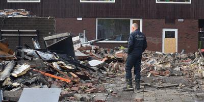 De politie doet onderzoek bij de afgebrande gymzaal. Foto:ProNews