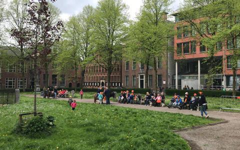 Koningsdagvierders zoeken de rust op het Guyotplein in Groningen