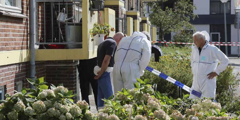 Forensisch onderzoek bij de woning van de vermoorde 82-jarige Winschoter.
