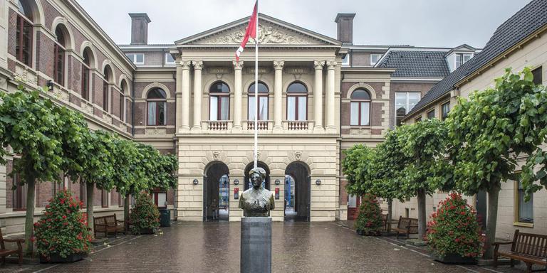 En een tiende weetje: Aletta Jacobs uit Hoogezand was de eerste vrouwelijke student van Nederland. Ze studeerde aan de Groningse universiteit. De iconische buste van Aletta Jacobs staat voor het Harmoniegebouw in de Oude Kijk in 't Jatstraat. Foto: Duncan Wijting