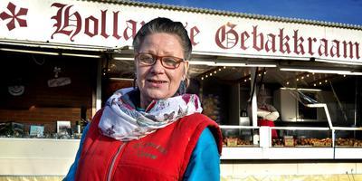 Oliebollenbakster Grietje Kooistra pakte vorig jaar een zak oliebollen terug van een AD-smaaktester. Ze wilde niet meer meedoen met de oliebollentest van het Algemeen Dagblad. Dat zorgde voor veel ophef. Foto Peter Wassing