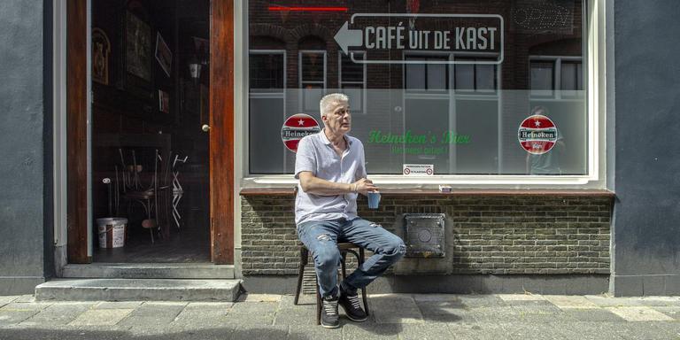 Uitbater Erik Verschragen voor zijn café in de Akerkstraat in Groningen. Foto: Duncan Wijting