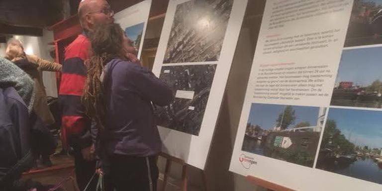 Bewoners van de Noorderhaven bekijken de plannen van de gemeente.