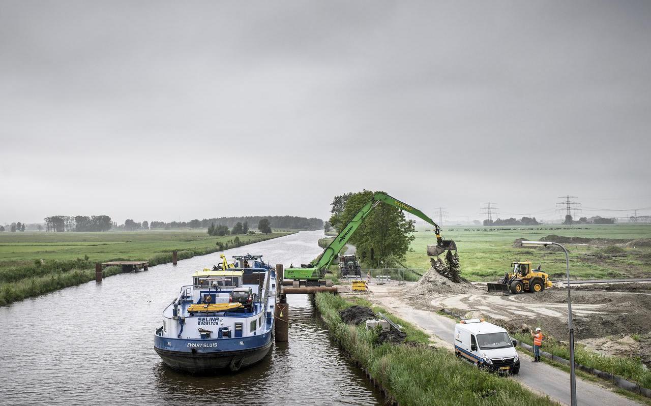 Vrachtschip Selina brengt tonnen zand voor de nieuwe brug bij Nieuwklap. Van die brug profiteert ook het scheepvaartverkeer naar Vierverlaten (Smid en Hollander, Suikerunie, betonfabriek Mebin). FOTO CORNÉ SPARIDAENS