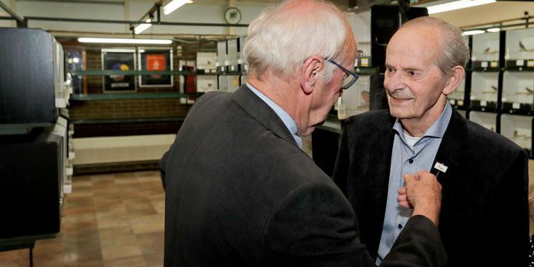 Jaap van Bergen (81) krijgt de speld uit handen van districtsvoorzitter Wiebe Zijlstra.