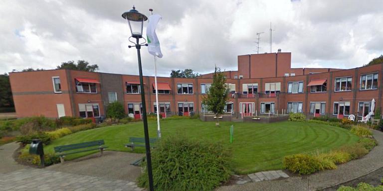 Zorgcentrum Warfheem sloot al in 2013 de deuren. De problemen bij Vestia stonden een nieuwe invulling lang in de weg, maar de Rotterdamse woningcorporatie heeft nu een koper. Foto Google Streetview
