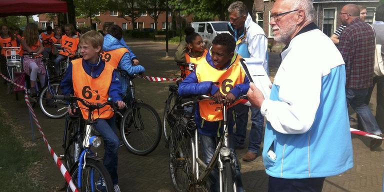 Kinderen doen verkeersexamen in de Groningse wijk Vinkhuizen.