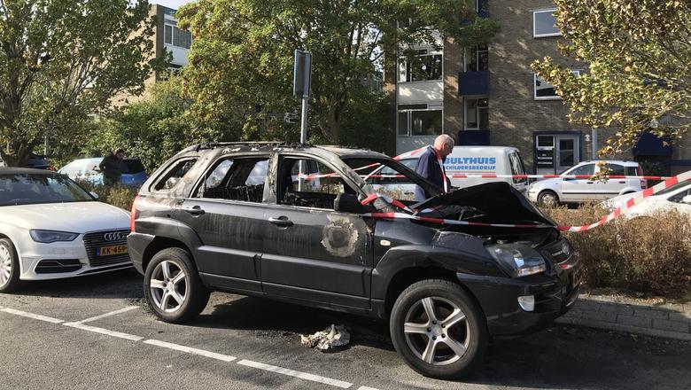 De auto, waarin een van de medeverdachten van de schietpartij aan de Korreweg doorgaans reed, is zwaar beschadigd. Foto: DvhN