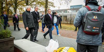 Staatssecretaris Mark Harbers (met rode stropdas, op bezoek op het asielcentrum van Ter Apel) is door de Ter Apelers winkeliers gevraagd een schadefonds op te zetten.