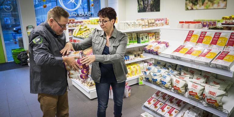 Erwin en Gerty Baas vullen de vakken in hun glutenvrije winkel. FOTO KEES VAN DE VEEN