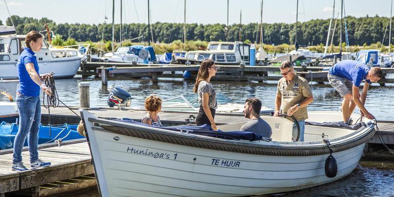 Om de recreatievaart op het Oldambtmeer voldoende diepte te kunnen geven, wordt extra water toegevoerd. Foto: Archief Huisman Media