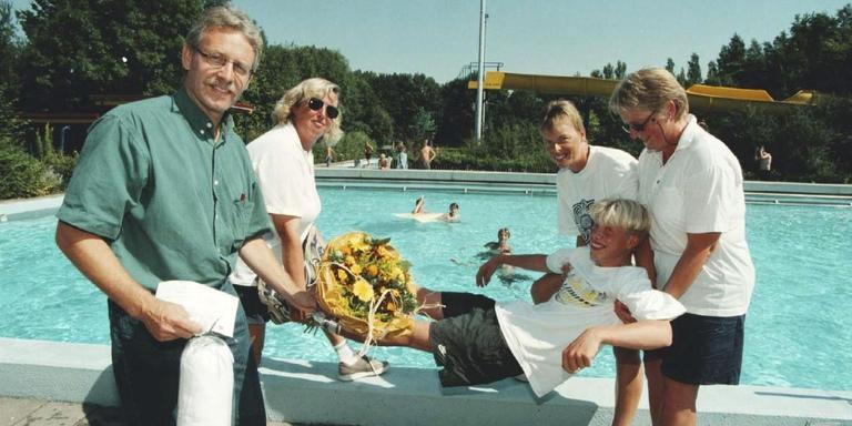 Zwembad De Blinkerd in andere tijden, de 50.000e bezoeker gaat te water. FOTO ARCHIEF DVHN